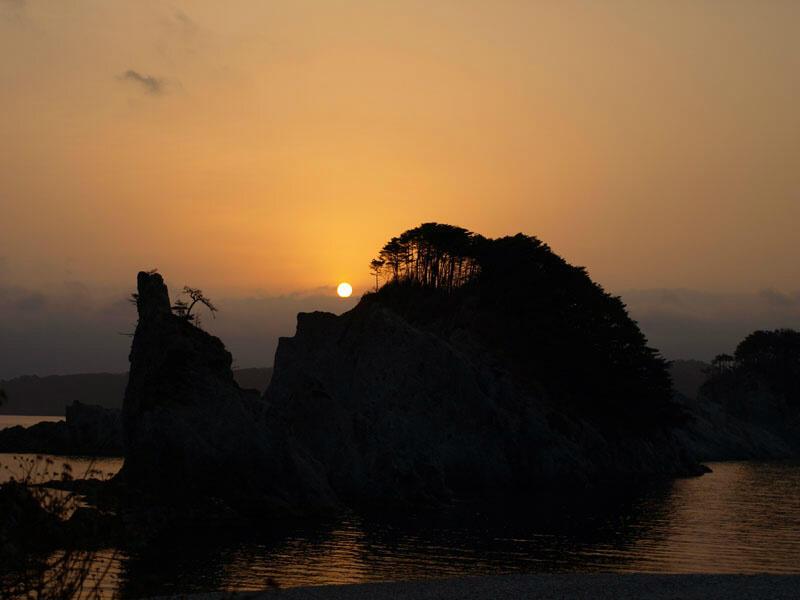 image: 浄土ヶ浜から臨む朝日